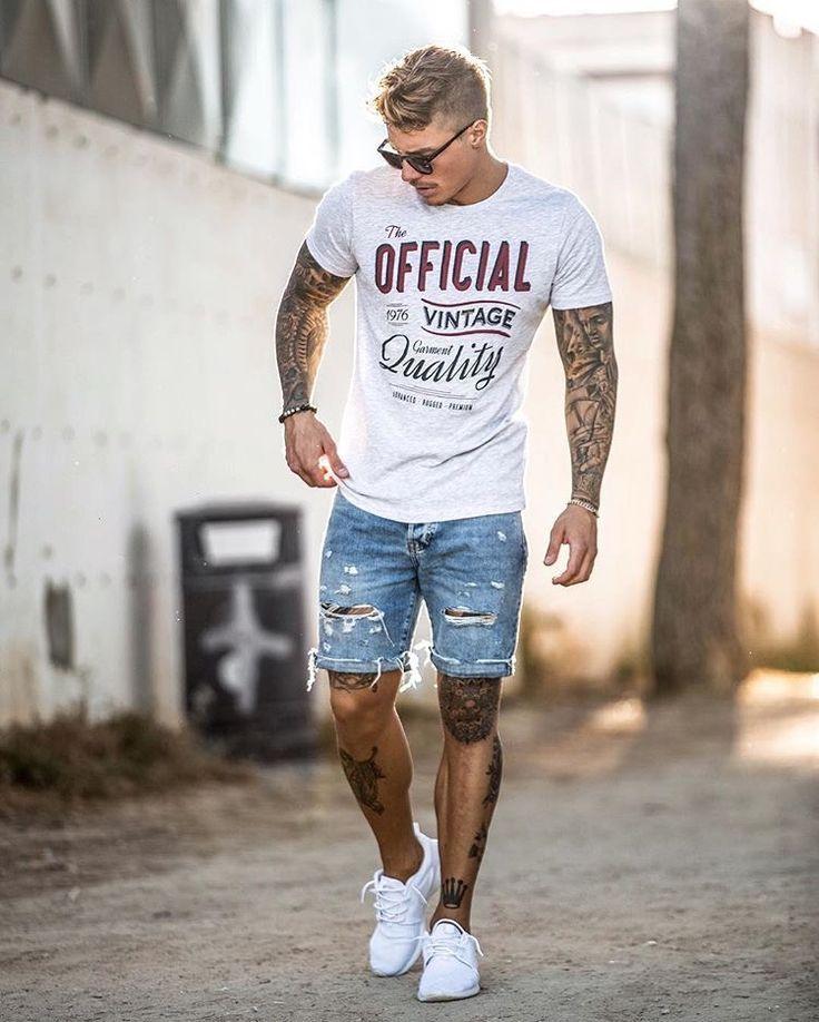 Print tee, short jeans, sneaker
