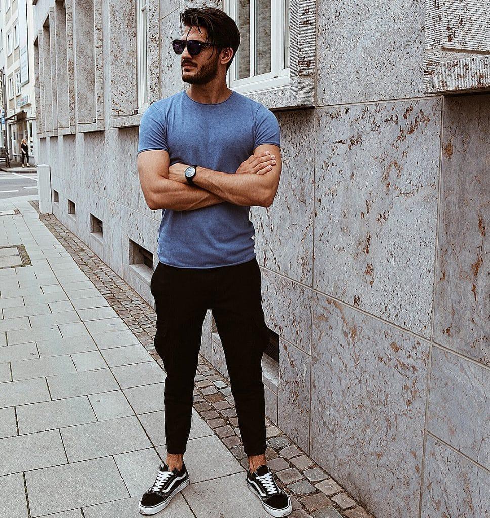 Blue tee, jeans, sneaker