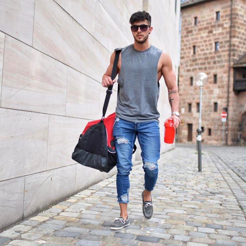 Tank top, jeans, sneaker
