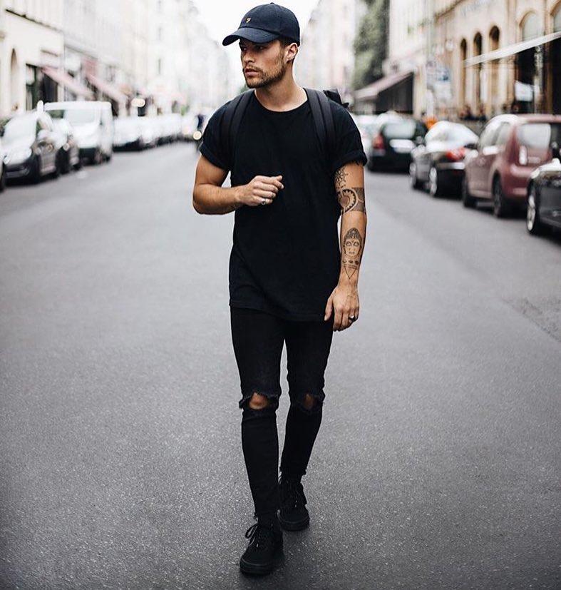 Black tee, black jeans, sneaker, baseball cap