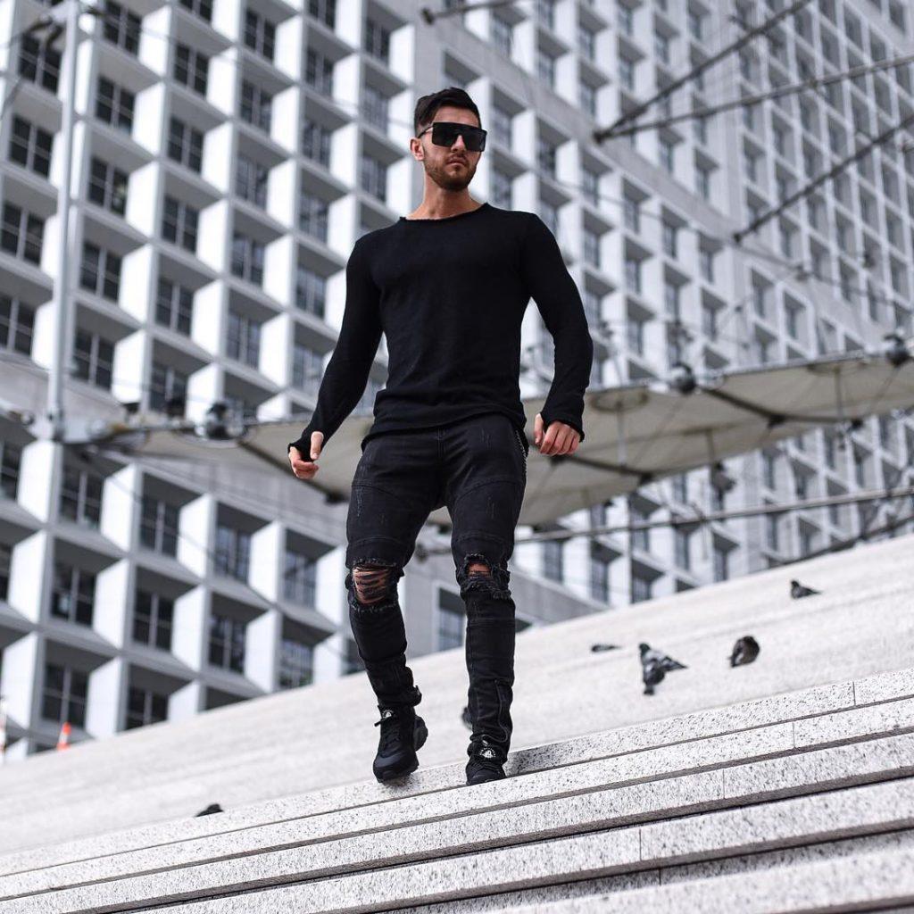 Long sleeve black tee, black jeans, sneaker