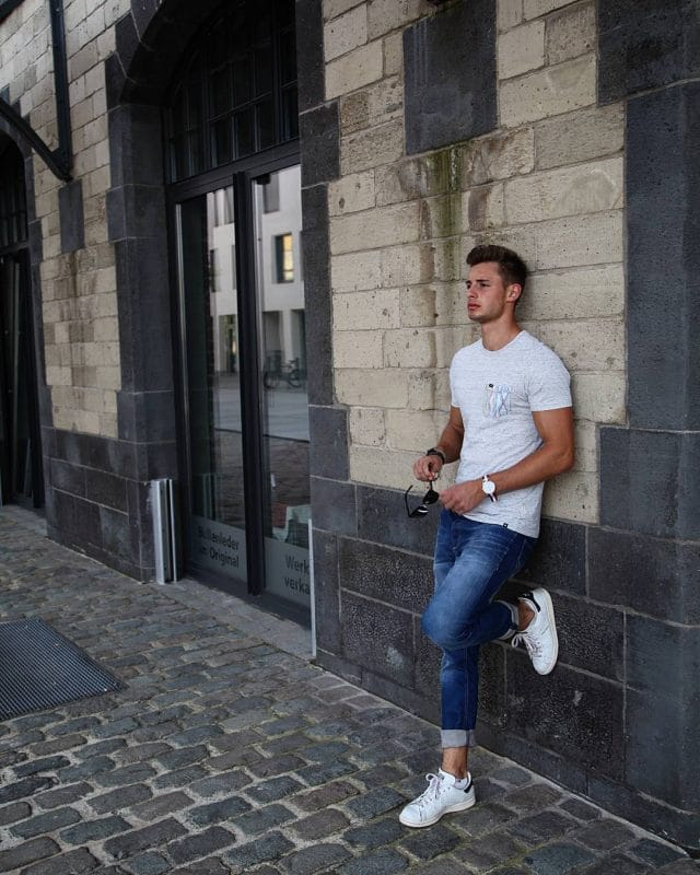 Gray tee, jeans,and white sneaker