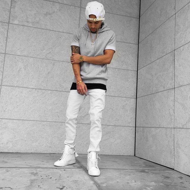 Gray hoodie t-shirt, white trousers, snapback cap and white sneaker