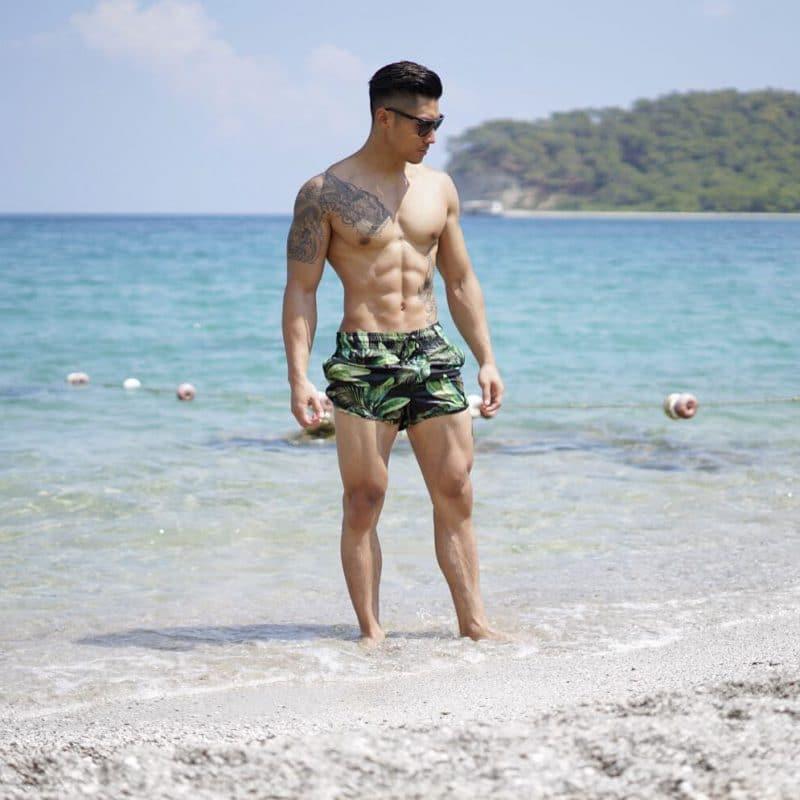 Print short beach pants and sunglasses