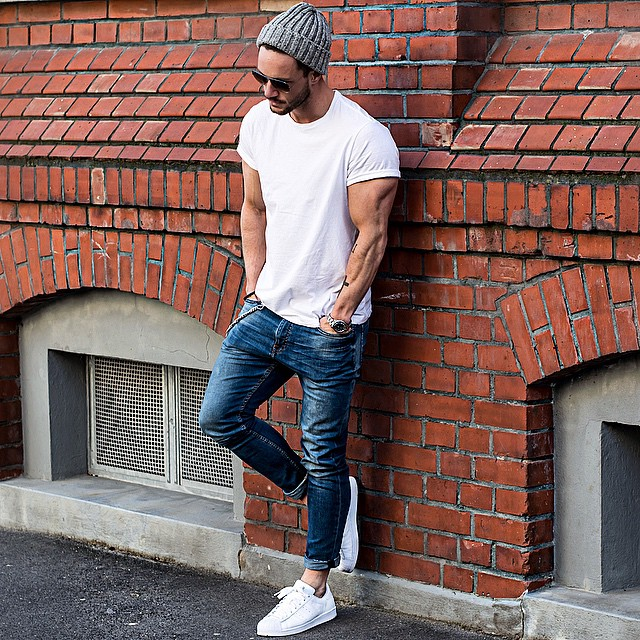 Gray knitted cuffed beanie hat, white shirt, blue jeans, white sneaker 1