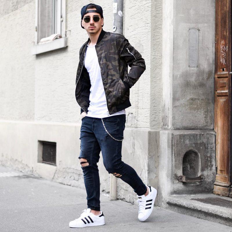 Snapback cap, camo bomber jacket, blue jeans, white sneaker 1