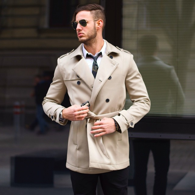 Beige trench coat (cropped), white shirt, camouflage tie, pilot sunglasses 1