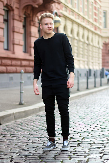 Black long sleeve t-shirt, sweatpants, grey sneaker 1