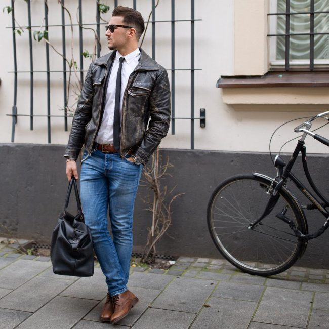 40 mens winter work outfit styles with winter boots. Brown plain toe leather boots, distressed leather jacket, white shirt, tie, jeans 1